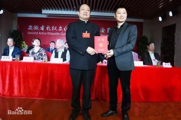 陈学刚教授为徐鸿建副会长颁发聘任书